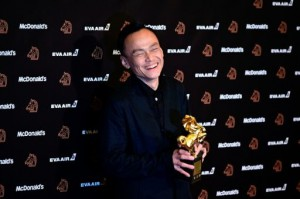"Taiwanese actor Chen Yi-wen displays his trophy after winning best actor for the film ""A Sun"" during the 56th Golden Horse film awards, dubbed the Chinese ""Oscars"", in Taipei on November 23, 2019 (France Presse)."
