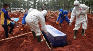 Gravediggers on the island of Java have been so busy they have been working around the clock.(AP: Achmad Ibrahim)